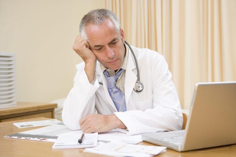 5 riscos reais de manter o gerenciamento de clínicas e consultórios no papel