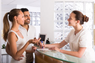 Qual a diferença entre secretária e recepcionista?