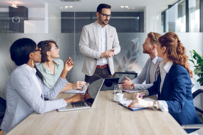 Como estruturar um bom departamento comercial em uma clínica?
